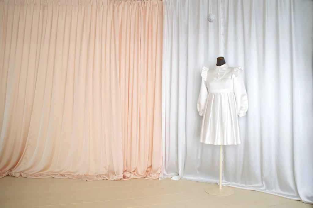 白いカーテンの向こう側は更衣スペースになります。手前は新たに撮影スペースとなります