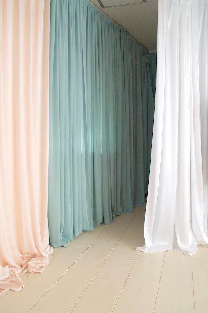 白いカーテン(透けません)で仕切れるので、更衣スペースとしてお使いいただけます