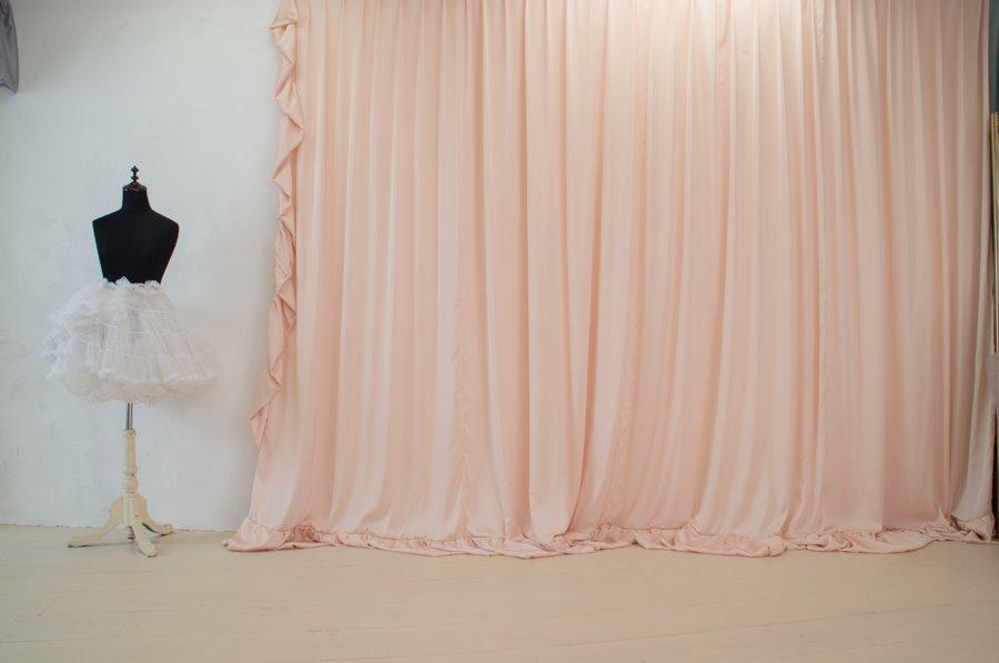 カーテンと白い壁